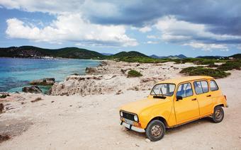 Nabrzeże łączące plaże Cavallet i Salines to popularne miejsce wśród nurkujących
